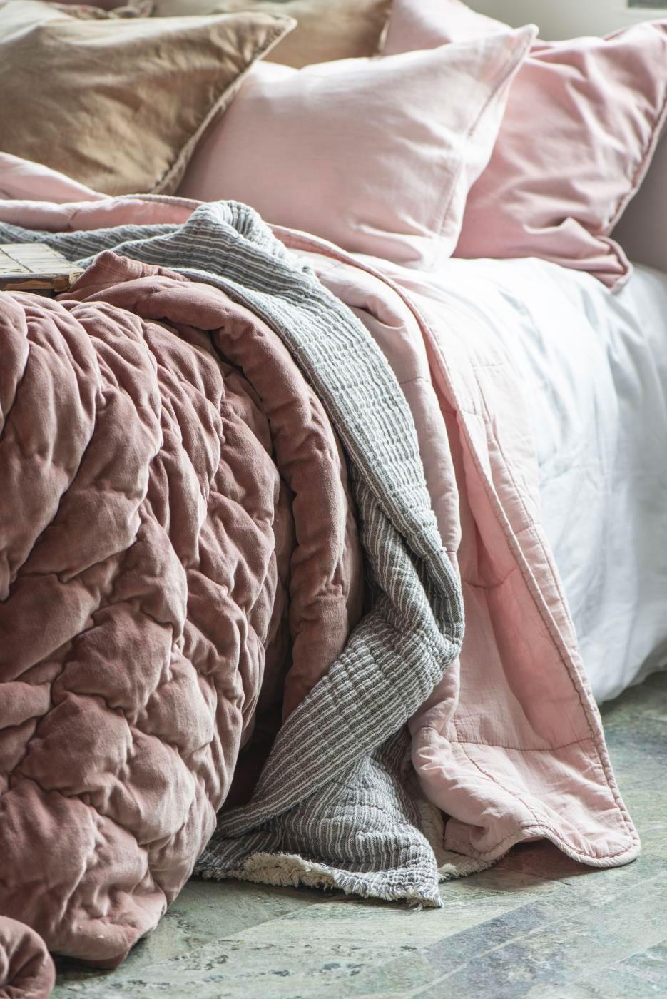 s-normandie-decorationmaison-draps-couverturerose-ancien