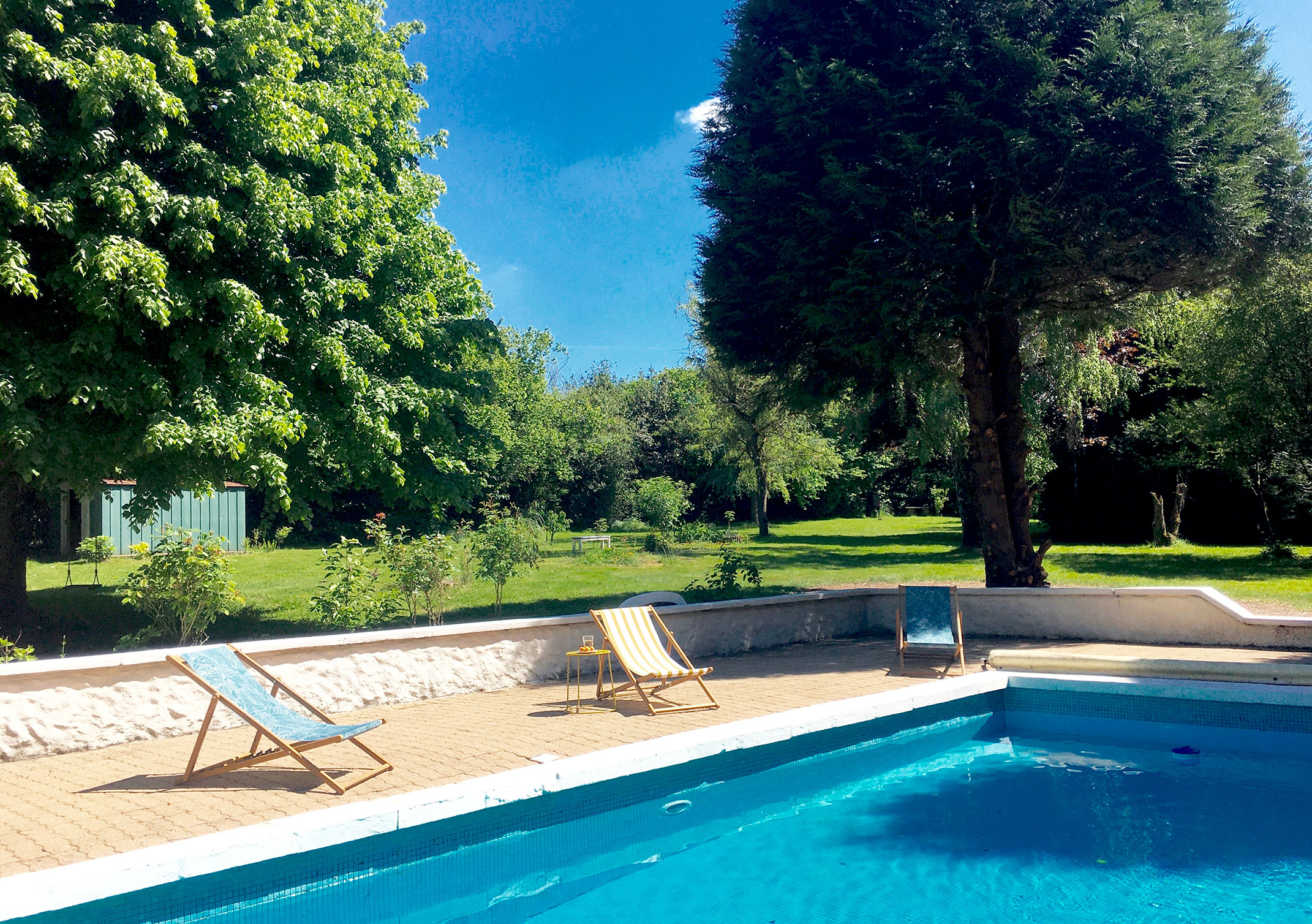 vacances-normandie-piscine-transat-detente-piscine